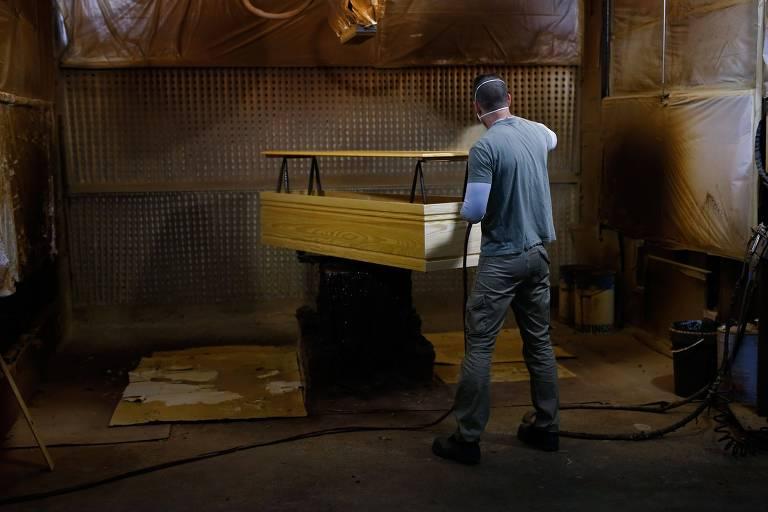 Funcionário trabalha em fábrica de caixões em Barcelona