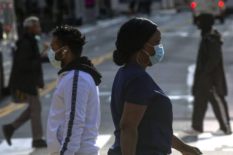 Pessoas usam máscaras contra a pandemia de coronavírus em Nova York