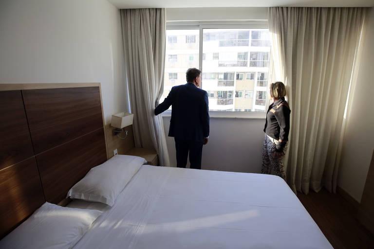 Prefeito Marcelo Crivella visita hotel que abriga idosos de favelas junto com a secretária de Assistência Social, Tia Ju