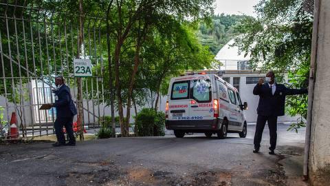 SÃO PAULO , SP, BRASIL, 06-04-2020: Começam a chegar nesta segunda feira os primeiros pacientes ao recem-inaugurado hospital de campanha montado no Pacaembu, para casos de média gravidade da Covid-19. Na foto uma ambulância chega com um paciente. (Foto: Bruno Santos/ Folhapress) *** FSP-COTIDIANO*** EXCLUSIVO FOLHA*** ORG XMIT: HOSPITAL DE CAMPANHA DO PACAEMBU
