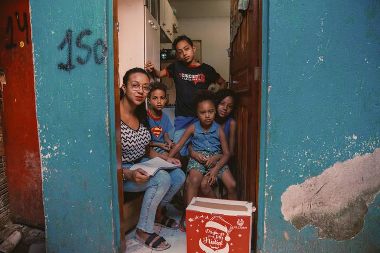 Paula Renata dos Santos, 30, com seus quatro filhos. Mãe solo, ela diz estar alimentando a família com ajuda de doações de cestas básicas