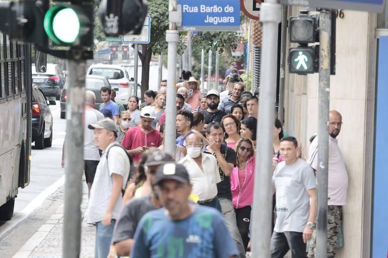 Movimentação de pedestres nas ruas da região central da cidade de Campinas, interior de São Paulo