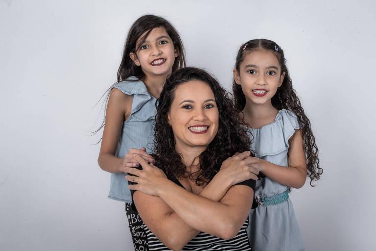A jornalista Cris Gercina com as filhas, Luiza (à esq.) e Laura