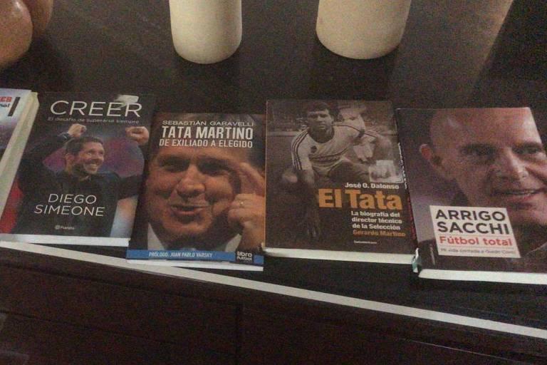 Adilson trouxe da Argentina obras sobre Pep Guardiola, Tata Martino, Arrigo Sacchi e Diego Simeone, entre outros