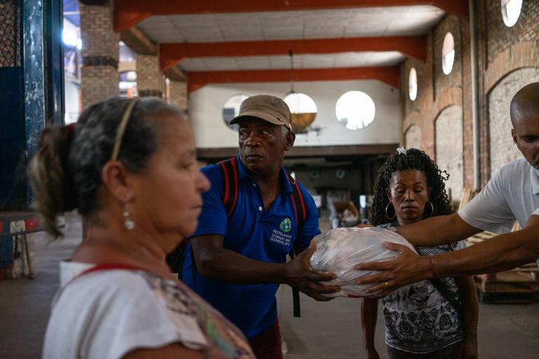 Entrega de cestas básicas no Rio