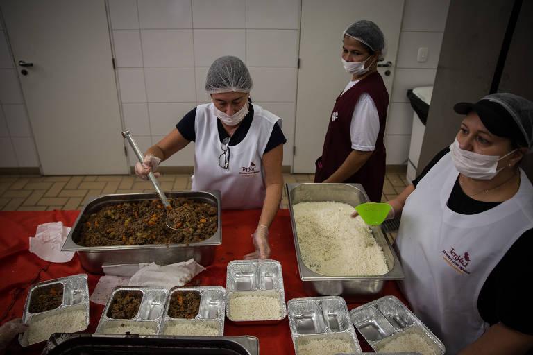 Voluntários entregam marmitas para judeus pobres