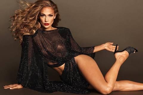 A cantora Jennifer Lopez apresenta modelo de sua nova coleção