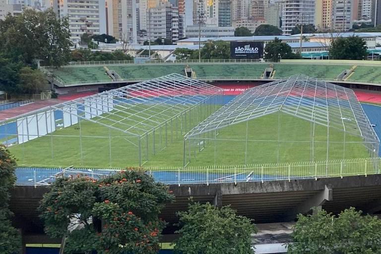 Estrutura inicial do hospital de campanha que está sendo erguido no conjunto poliesportivo do Ibirapuera