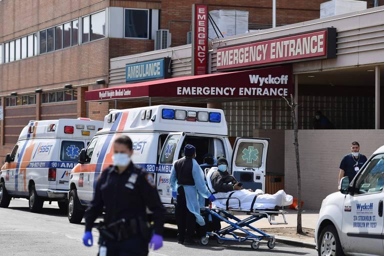 Movimentação na entrada de centro médico no Brooklyn, em Nova York, nesta terça (7)