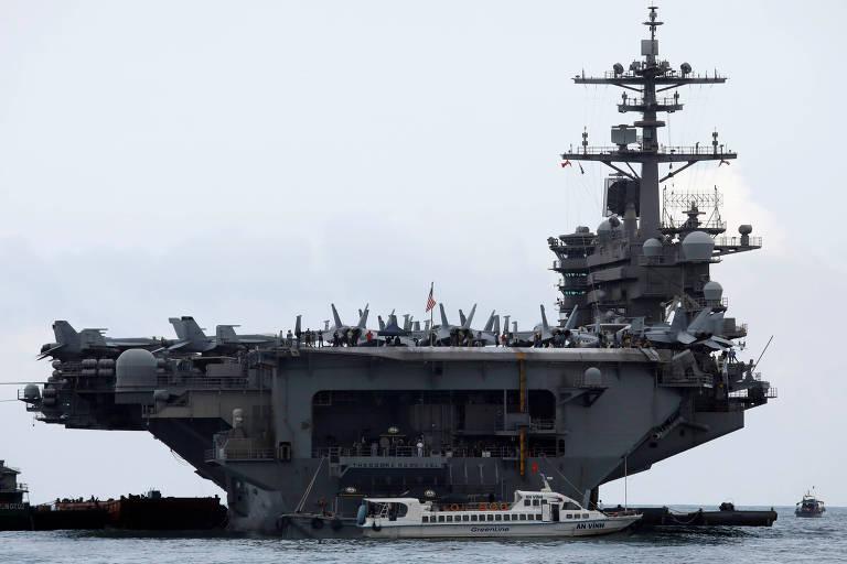 O USS Theodore Roosevelt chega a Da Nang (Vietnã), onde provavelmente o vírus chegou a bordo, em 5 de março