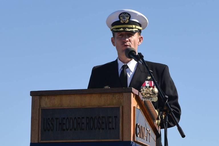 O ex-capitão do USS Roosevelt, Brett Crozier, durante discurso à tripulação