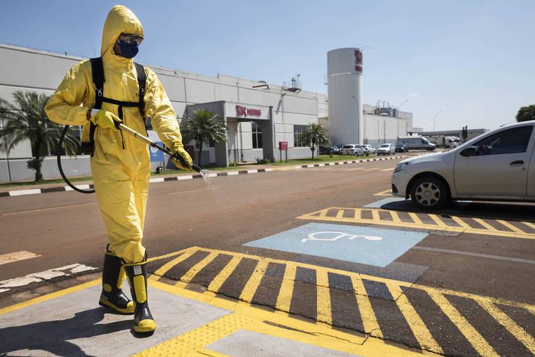 No centro de distribuição da Nestlé, funcionário faz sanitização com cloro nas dependências de toda a área da empresa como forme de combate ao coronavírus