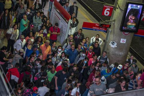 CORONA VIRUS - COTIDIANO  - Com a reduao de trens , trabalhadores sao obrigados a enfrentar aglomeraoes que, apesar de menores que um dia normal, ainda obrigam as pessoas a estarem muito proximas aumentando gravemente o risco de cont‡gio. 06/04/2020. FOTO MARLENE BERGAMO/FOLHAPRESSFolhapress. 017 -  SELENE 581074