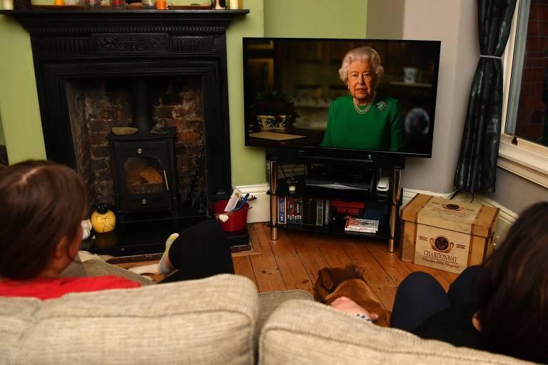 Britânicos de Birkenhead (Inglaterra) assistem a rainha Elizabeth 2º falar sobre a crise