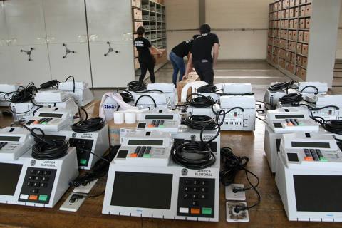 BRASILIA, DF,  BRASIL,  26-09-2014, 16h00: Funcionarios da justica eleitoral trabalham para lacrar urnas para as eleicoes 2014 no  TRE-DF.(Foto: Joel Rodrigues/Folhapress, PODER)
