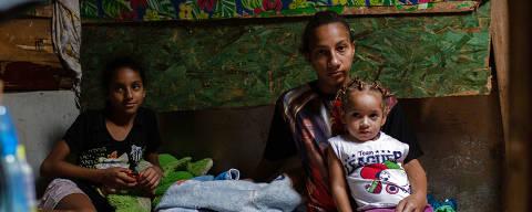 SÃO PAULO, SP, BRASIL, 26-03-2020: Favela Nazzalii localizada na Vila Nova Cachoeirinha, na zona norte de São Paulo. Na foto a moradora da comunidade Marcia Custódia (28) e seus filhos. (Foto: Bruno Santos/ Folhapress) *** FSP-COTIDIANO*** EXCLUSIVO FOLHA***