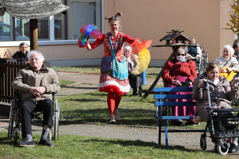 Palhaços divertem idosos em asilo em Jueterbog, na Alemanha