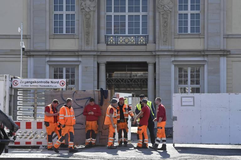 Bombeiros do lado de fora do Palácio de Berlim durante incêndio em 8 de abril de 2020