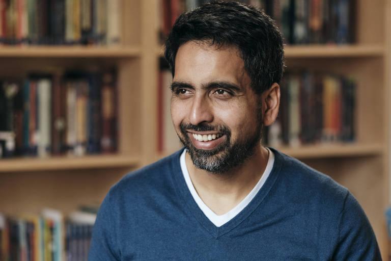 Retrato de Salman Khan, criador da Khan Academy, plataforma de educação online