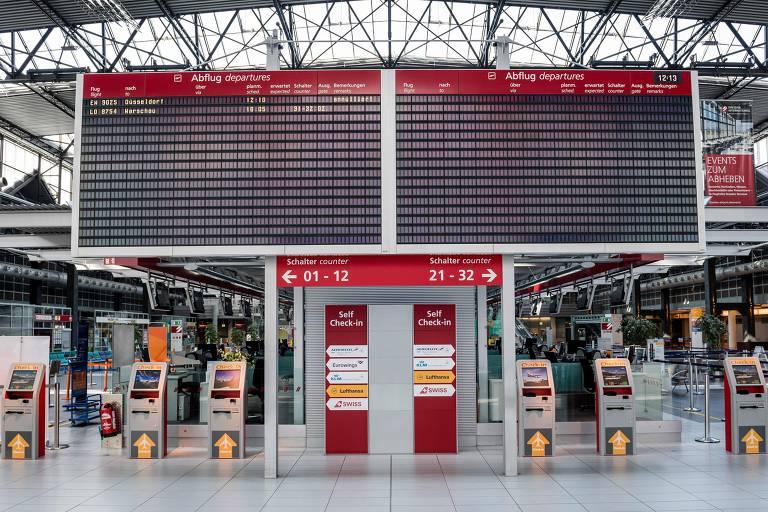 Painel mostra voos cancelados no aeroporto de Dresden, na Alemanha