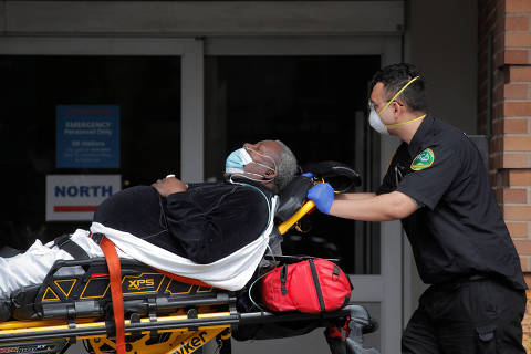 FILE PHOTO: Paramedics take a patient into emergency center at Maimonides Medical Center during the outbreak of the coronavirus disease (COVID-19) in the Brooklyn borough of New York City, New York, U.S., April 7, 2020. REUTERS/Brendan Mcdermid/File Photo ORG XMIT: FW1