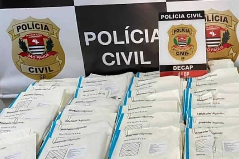 A Polícia Civil apreendeu curativos cirúrgicos, no último dia 30, que estavam com dois suspeitos de integrar quadrilha especializada em desviar insumos hospitalares