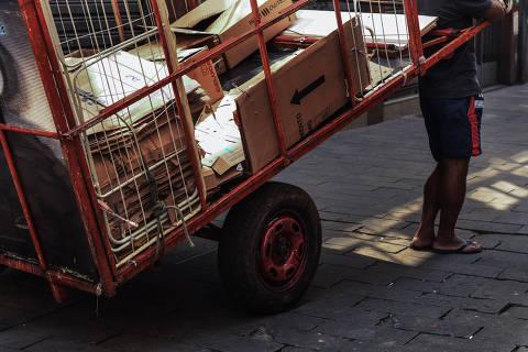 SÃO PAULO / SÃO PAULO / BRASIL - 28/03/20 - :00h - Trabalhadores que não param mesmo com a quarentena em vigor. Série mostra a vida dos trabalhadores que mantêm seus afazeres mesmo em tempos de quarentena em SP. Cléber Souza, 42, catador de reciclados . ( Foto: Karime Xavier / Folhapress) . ***EXCLUSIVO***COTIDIANO