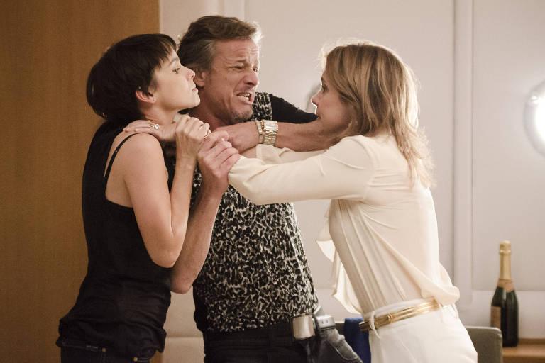 Carminha (Adriana Esteves), Nina (Debora Falabella ) e Max (Marcello Novaes) discutem na cabine da lancha