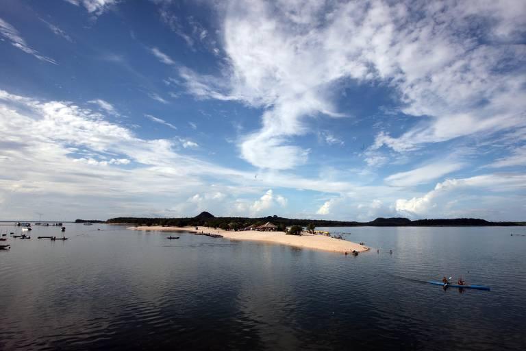 Pedaço de ilha em rio com água escura