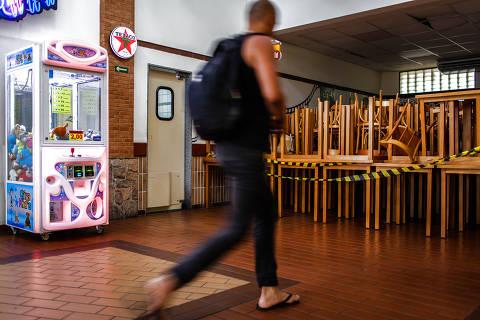 JUNDIAÍ, SP, BRASIL, 08-04-2020: Salão do restaurante Graal 56, parte dos caminhoneiros, vazio por conta da prevenção contra o coronavírus. O restaurante que fica na Rodovia dos Bandeirantes km 56, esta com o movimento baixo. Só é vendida comida para levar. (Foto: Eduardo Anizelli/ Folhapress, AGÊNCIA) ***EXCLUSIVO***