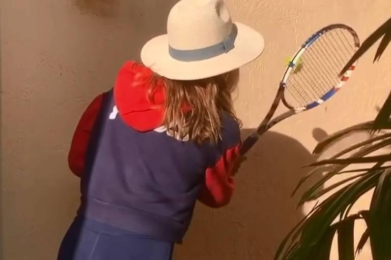 Esportistas entram no desafio de bater bolinha de tênis na parede na quarentena
