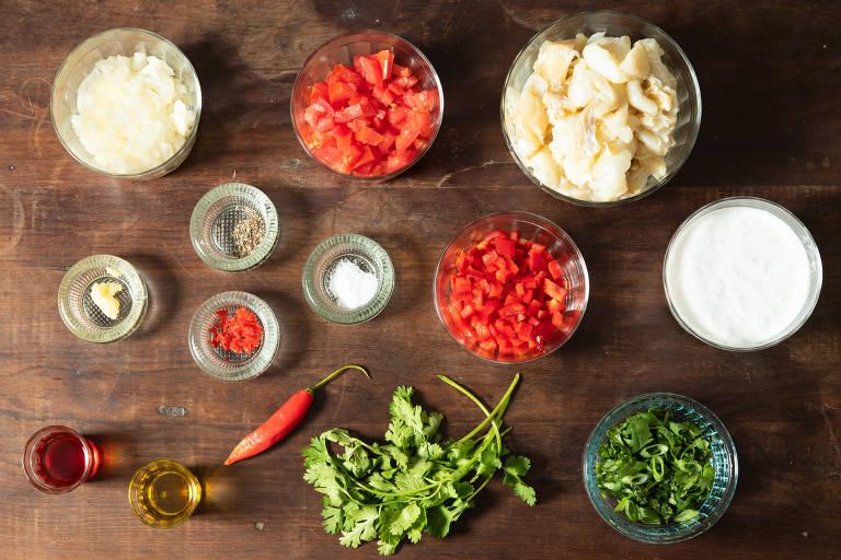 Ingredientes:  1 cebola grande em cubinhos; 1 dente de alho grande ralado; 1 colher (sopa) de gengibre ralado; 1 pimentão cortado em cubinhos (vermelho ou verde); 2 tomates maduros, sem sementes, cortados em cubinhos; 600 g de bacalhau já dessalgado e em lascas (graúdas ou miúdas, bem limpas, sem peles e sem espinhas); Suco de um limão; 200 ml de leite de coco; 4 colheres (sopa) de coentro picado; Azeite de oliva e azeite de dendê a gosto; Sal e pimenta fresca a gosto