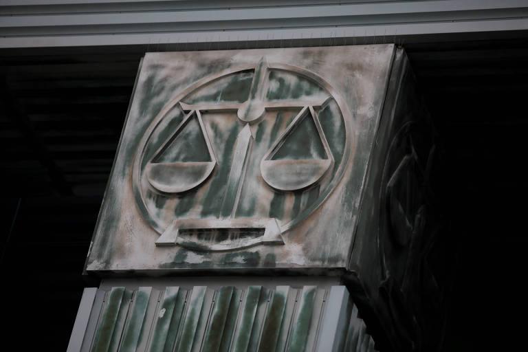 Balança esculpida em alto relevo em coluna de um edifício