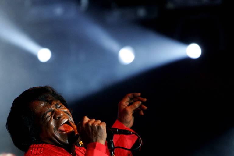 O cantor James Brown durante show na Holanda, em 2004