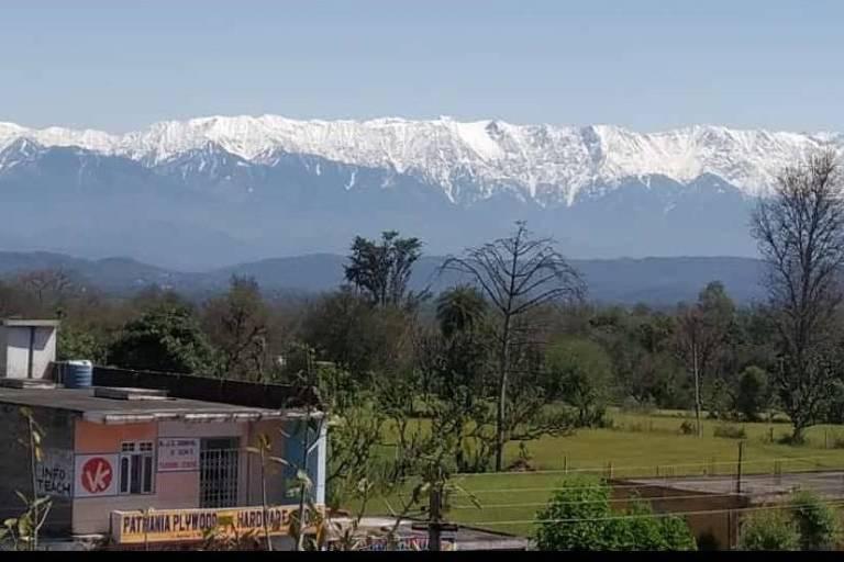Vista dos Himalaias a partir de cidade do norte da Índia