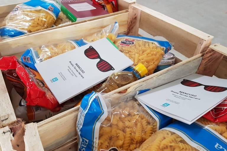 Livro dentro das cestas básicas que vão ser distribuídas em Montevidéu
