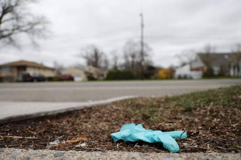 Luva usada jogada no chão em rua da região metropolitana de Nova York