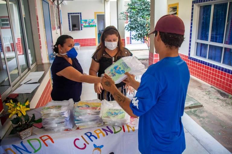Distribuição de merenda em escola na crise do coronavírus