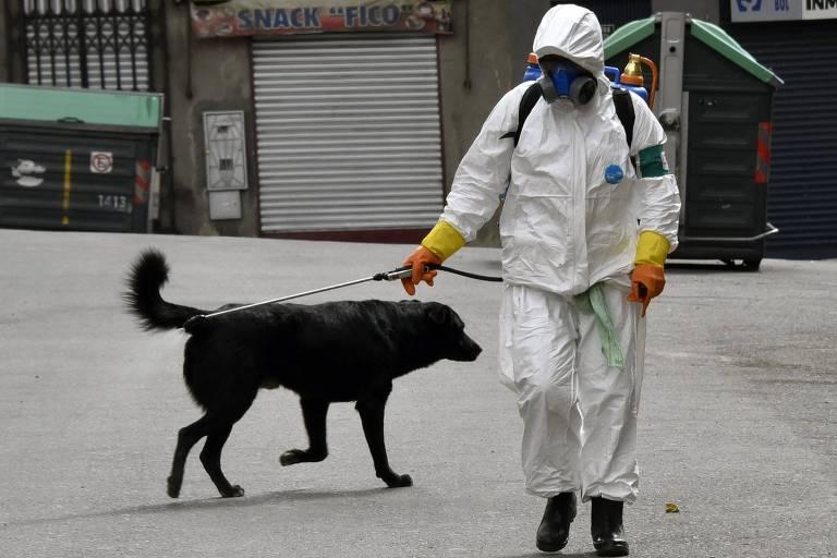 Trabalhador municipal desinfeta rua de La Paz