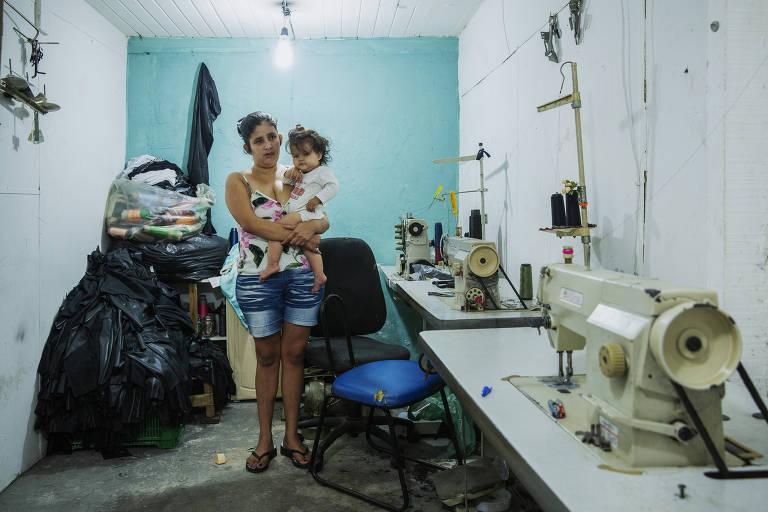 A paraguaia Lis Mabel,24, com sua filha Liliam Rosana de 11 meses, no Bom Retiro