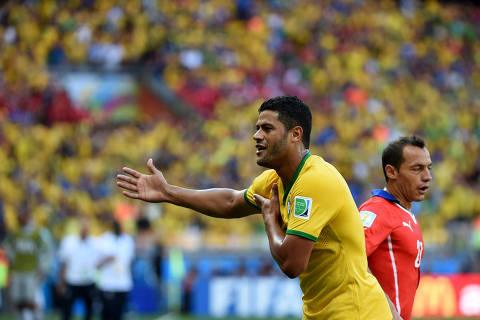 (140628) -- BELO HORIZONTE, junio 28, 2014 (Xinhua) -- El jugador Hulk de Brasil, reacciona durante el partido de los Octavos de Final de la Copa Mundial de la FIFA Brasil 2014 ante Chile, celebrado en el Estadio Mineirao, en Belo Horizonte, estado de Minas Gerais, Brasil, el 28 de junio de 2014. (Xinhua/Liu Dawei) (ah) (ce)