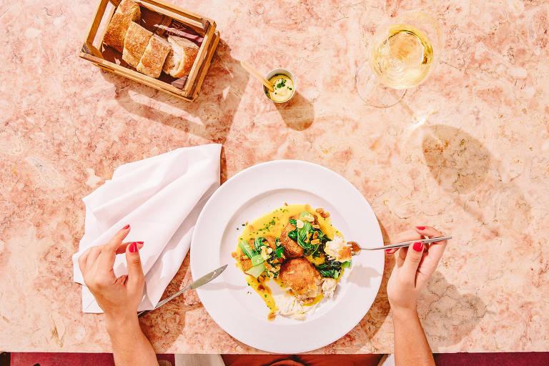 Bacalhau empanado com creme de laranja e verdes salteados, do restaurante Tasca da Esquina