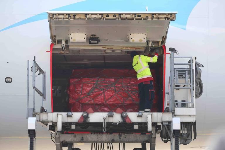 Suprimentos médicos da China chegam ao aeroporto Liege, na Bélgica