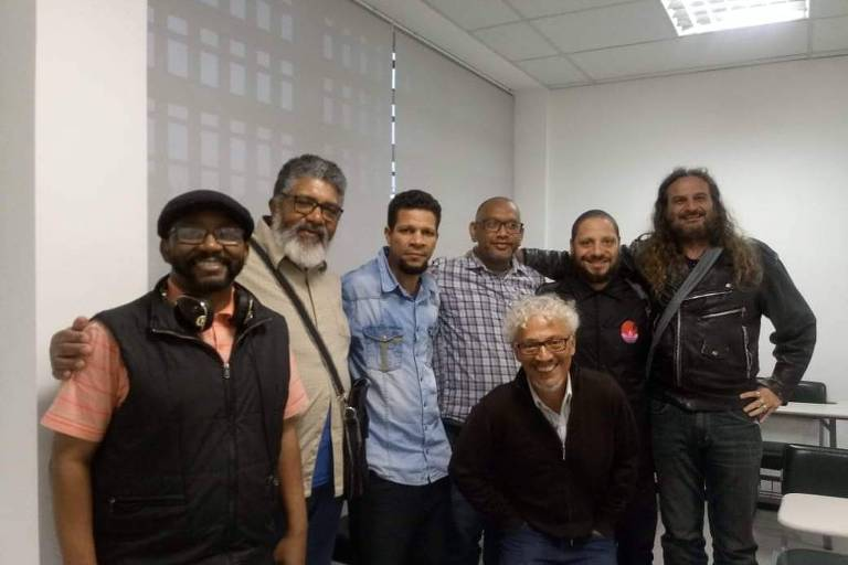 Grupo de sete homens posa para foto