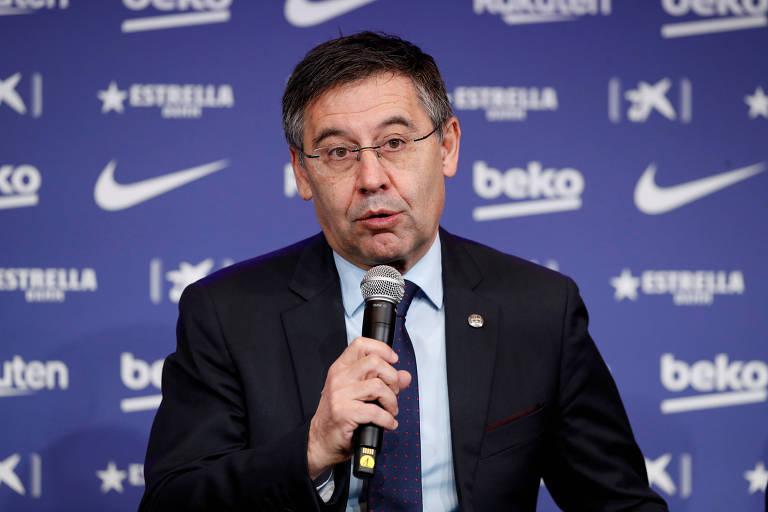Josep Maria Bartomeu, presidente do Barcelona, segura microfone durante entrevista coletiva