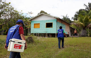 Health agents arrive to vaccinate the Ribeirinhos (forest dwellers) against flu and H1N1 in Manaus