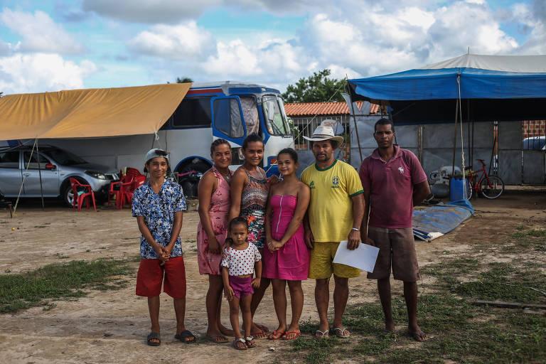 A família de Josemar Rodrigues dos Santos, 42, que trabalha no Circo Imperial do Brasil, ilhado em Inhambupe (BA)