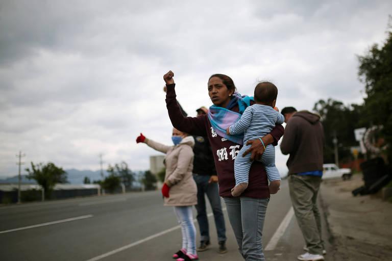 Em Chia, na Colômbia, migrantes venezuelanos pedem carona para tentar voltar para casa