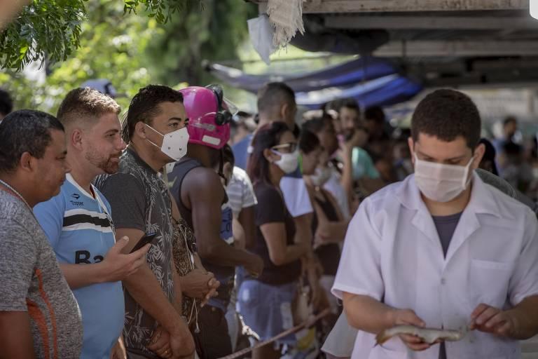 Aglomeração no mercado de peixe em Santos