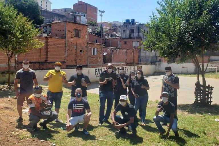 KondZilla e equipe doam alimentos para comunidades